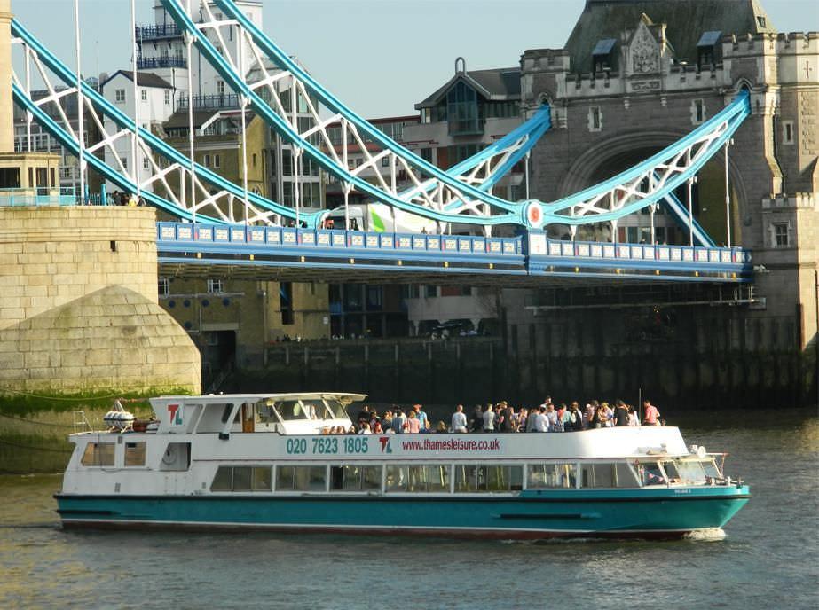 Thames Cruiser - William B. along the river Thames